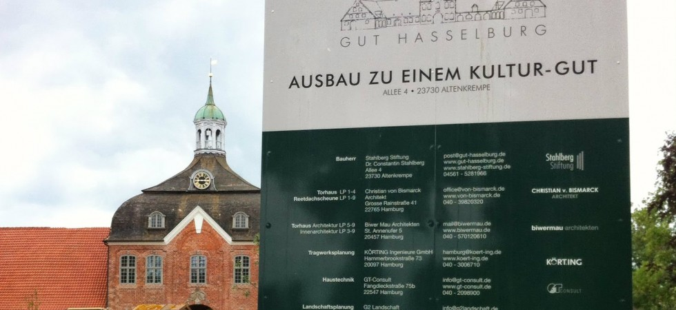 Gut Haselburg, Altenkrempe, Bauschild